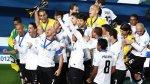 Jogadores do Corinthians levantam a taça de campeão mundial