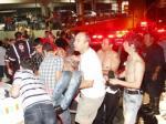 Voluntários ajudam vítimas da tragédia na boate Kiss, Santa Maria, RS